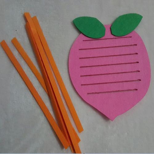 分享到: 幼儿园手工制作玩教具 幼儿园区域游戏活动投放材料编织玩具
