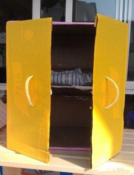 幼儿园娃娃家生活区投放材料 手工制作衣柜.jpg
