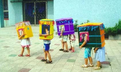 制作意图:幼儿园有一些晨间户外活动的玩具,但无非是一些皮球,绳子